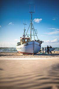 Fischerboot am Strand von Løkken von Florian Kunde