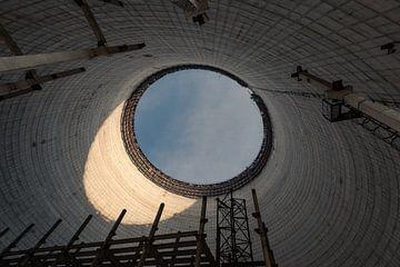 Binnenaanzicht van een koeltoren van eenheid 5 van de kerncentrale van Tsjernobyl van Robert Ruidl