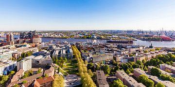 Hamburg met de Elbphilharmonie en de haven van Hamburg van Werner Dieterich