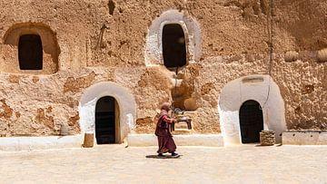 Frau bringt Essen, Tunesien von Jessica Lokker