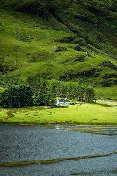 Het witte huis bij Loch Achtriochtan, Glencoe van Pascal Raymond Dorland