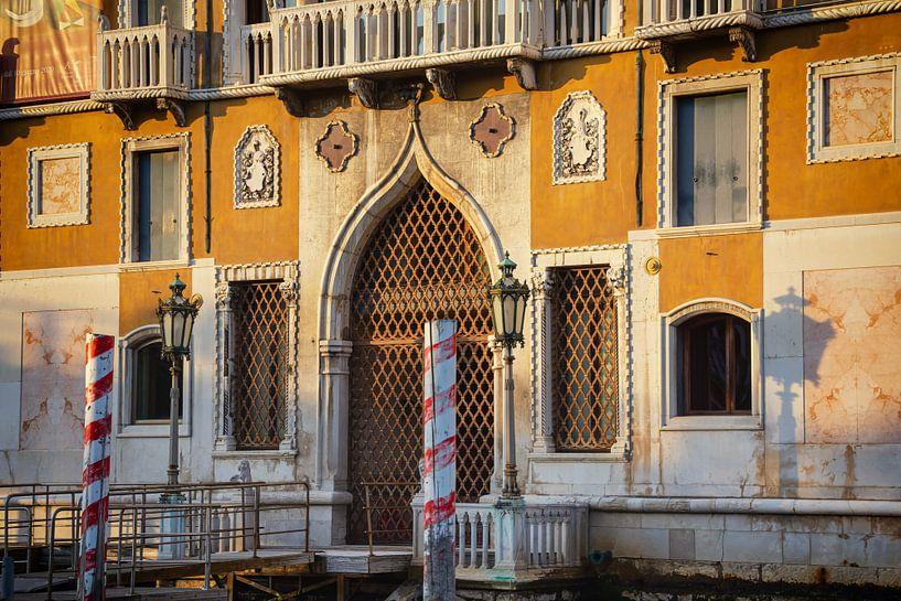 Venetiaans huis in de avondzon van Arja Schrijver Fotografie