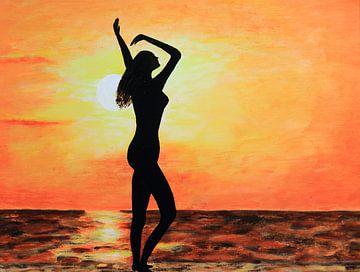 Nackte Frau genießt sich am Strand von Bobsphotography