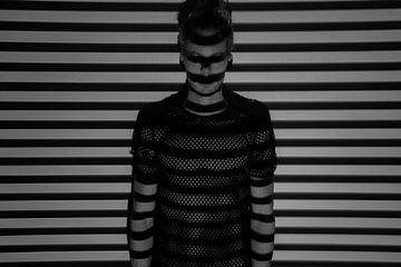 Mann im Netzhemd. Horizontale Linien. von Dustin Musch