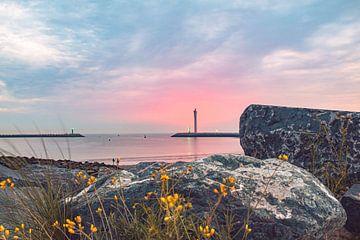 Pastelkleurige zonsondergang met rotsen op voorgrond aan Oostende Oosteroever van Daan Duvillier