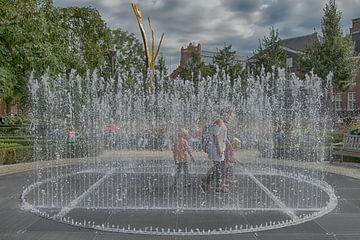 Fontein met spelende kinderen van Foto Amsterdam / Peter Bartelings