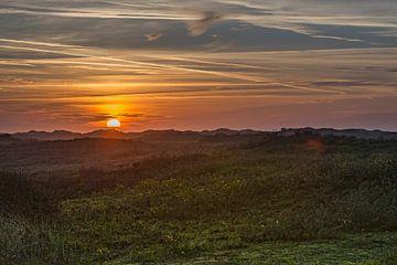 zonsondergang boven de duinen van