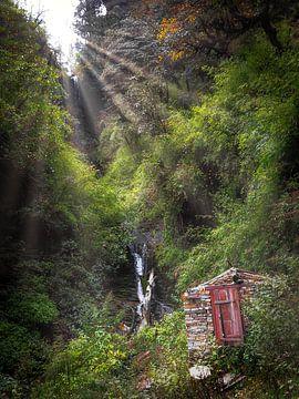 Nepal - Annapurna Track Himalaya - Een zonnestraal boven een dubbele waterval van Rik Pijnenburg