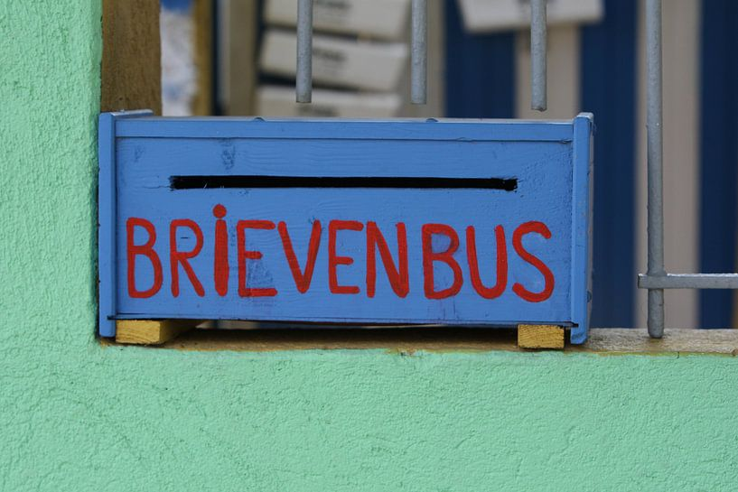 kleurige brievenbus curacao van Frans Versteden