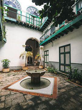 Hofbrunnen in einem restaurierten authentischen Gebäude in Havanna, Kuba von Michiel Dros