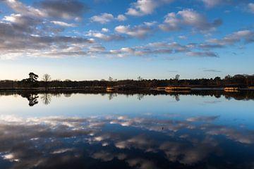Wolkenlucht weerspiegelt in water Hatertse Vennen van