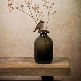 Modernes Stillleben: Vase mit Spatz von Marjolein van Middelkoop