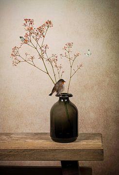 Modern stilleven: vaas met roodborstje van Marjolein van Middelkoop