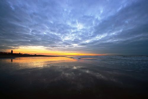 strand tegen de avond van