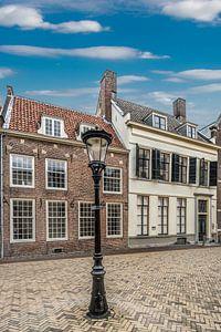 Pleintje met historische huizen en een lantaarnpaal in Utrecht.