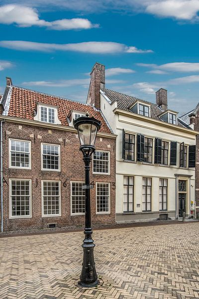 Pleintje met historische huizen en een lantaarnpaal in Utrecht. van Harrie Muis