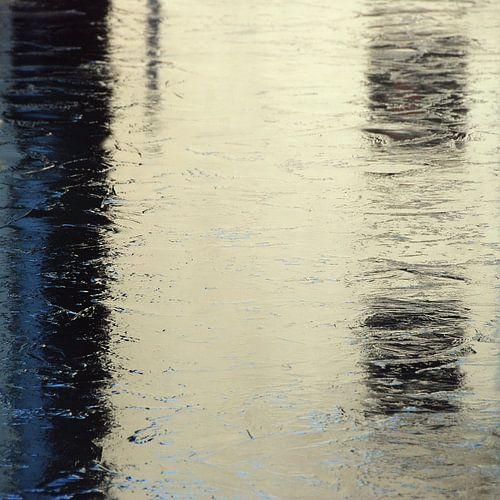 Abstract van stadse ijs reflectie in wit blauw van