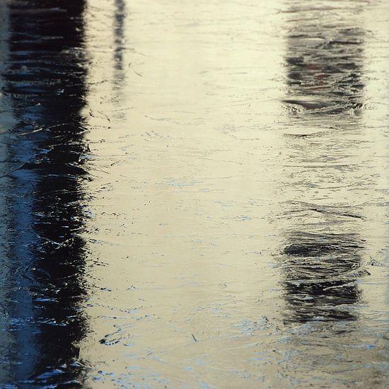Abstract van stadse ijs reflectie in wit blauw van Annemie Hiele