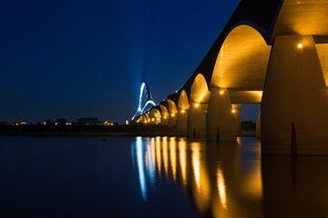 De Oversteek, Nijmegen, bij avond van