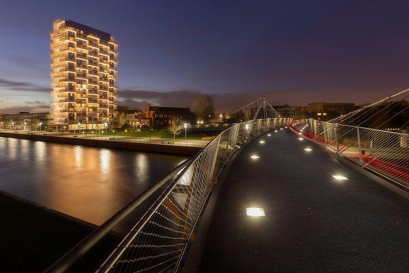 de fietsersbrug over de leie naar de K-tower tijdens de zonsondergang, Kortrijk, Belgie van Krist Hooghe