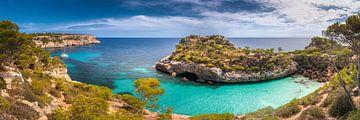 Baai met turquoise kleurig water op het eiland Mallorca van Voss Fine Art Fotografie