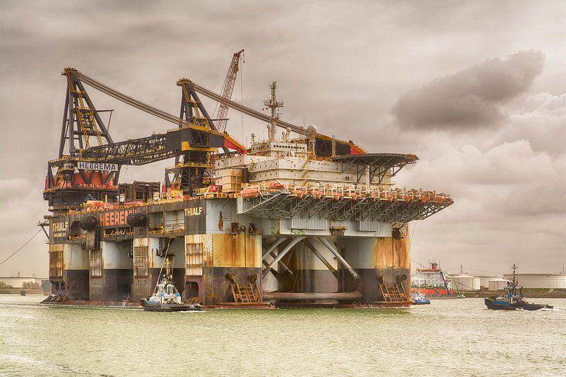 dcv Thialf verlaat de Rotterdamse haven. van Dick Kattestaart
