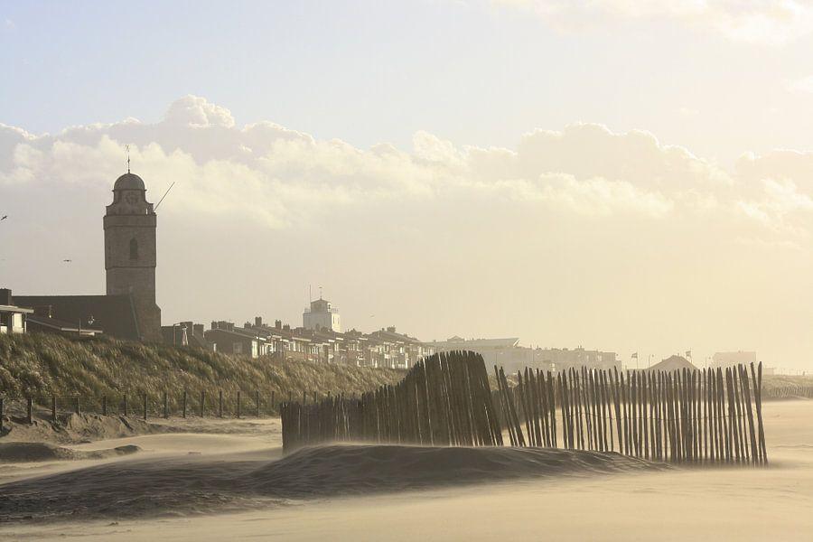 Strand met Oude kerk (Andreaskerk) en vuurtoren te Katwijk aan zee