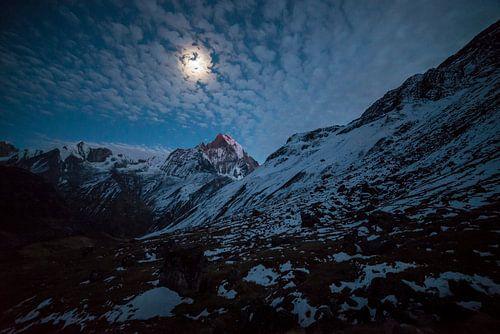 Sterk maanlicht bij Annapurna Basecamp Nepal van Ellis Peeters