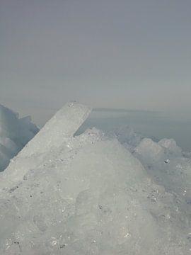 Stuk kruiend ijs van Froukje Hobma