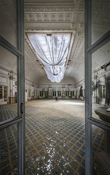 Hotel in Verfall von Inge van den Brande