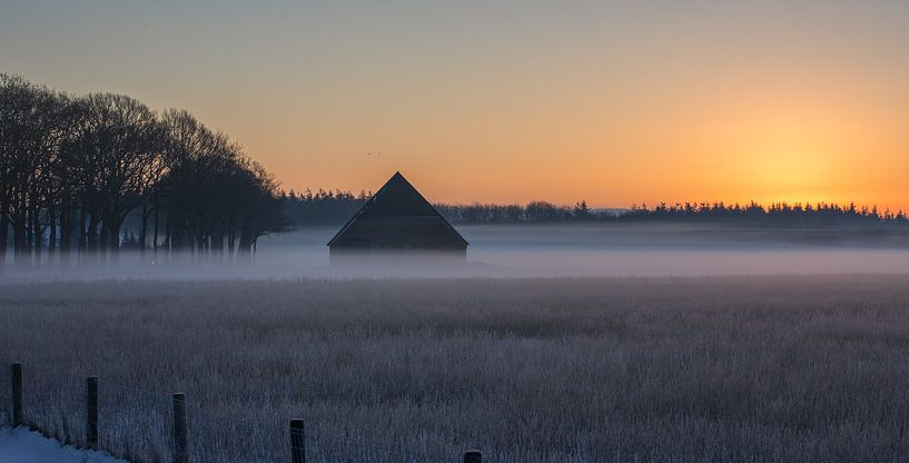 Winterse zonsopkomst met een schuur in de mist van KB Design & Photography (Karen Brouwer)