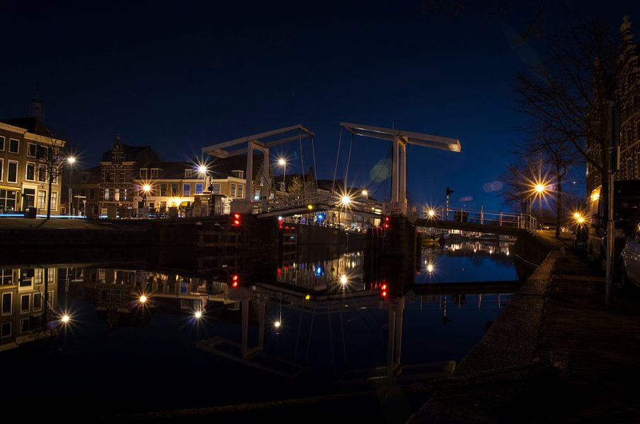Nachtfoto van Haarlem over het spaarne met zicht op Gravestenebrug van Elspeth Jong