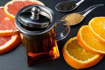 Thé noir dans un pot, décoré de tranches de pamplemousse et d'orange sur Babetts Bildergalerie