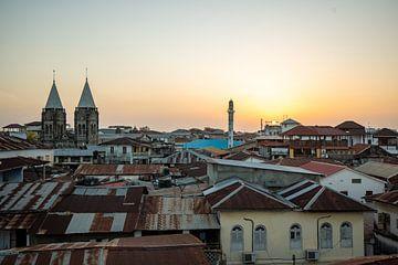 Sonnenuntergang über den Dächern von Stone Town auf Sansibar von Michiel Ton