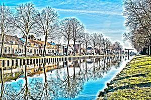 Le canal du Zuid-Willemsvaart avec réflexion sur l'eau