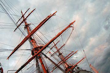 Masten van een boot. van Susan Dekker