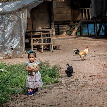 Kinderen in een longhouse 7 van Andre Kivits