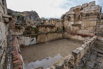 Romeinse ruines in Bet She An in Israel, bad van Joost Adriaanse