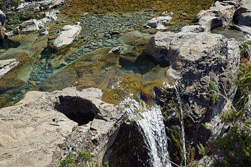 Am Fuße der Black Cuillins bei Glenbrittle befinden sich die Fairy Pools. von Babetts Bildergalerie