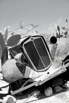 Altes rostiges und verlassenes Oldtimer-Wrack in der Wüste von Bobsphotography