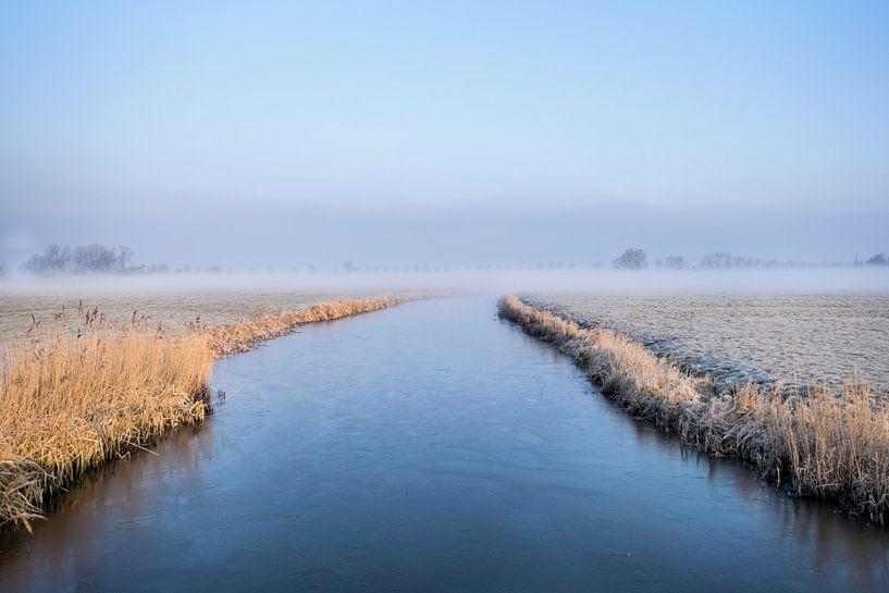 Winterochtend met ijs op de sloot van Maria-Maaike Dijkstra