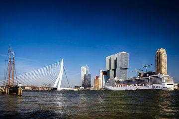 Rotterdam Skyline mit Kreuzfahrtschiff MSC Magnifica von Ricardo Bouman