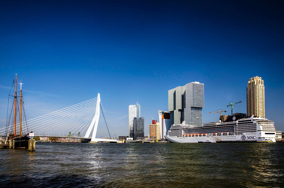 Rotterdam Skyline met Cruiseschip MSC Magnifica van Ricardo Bouman | Fotografie