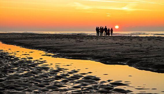 Genieten van zonsondergang op het strand van Texel / Sunset on Texel beach van Justin Sinner Pictures ( Fotograaf op Texel)