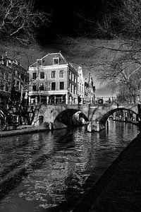 De Gaarbrug over de Oudegracht in Utrecht in zwart-wit van