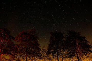 Oranje sterrennacht in Langbroek van Julius Koster
