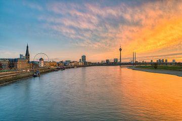 Düsseldorfse skyline bij zonsondergang van Michael Valjak