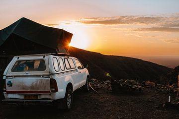 Lever de soleil avec voiture et tente sur le toit du volcan Brukkaros, Namibie sur Maartje Kikkert