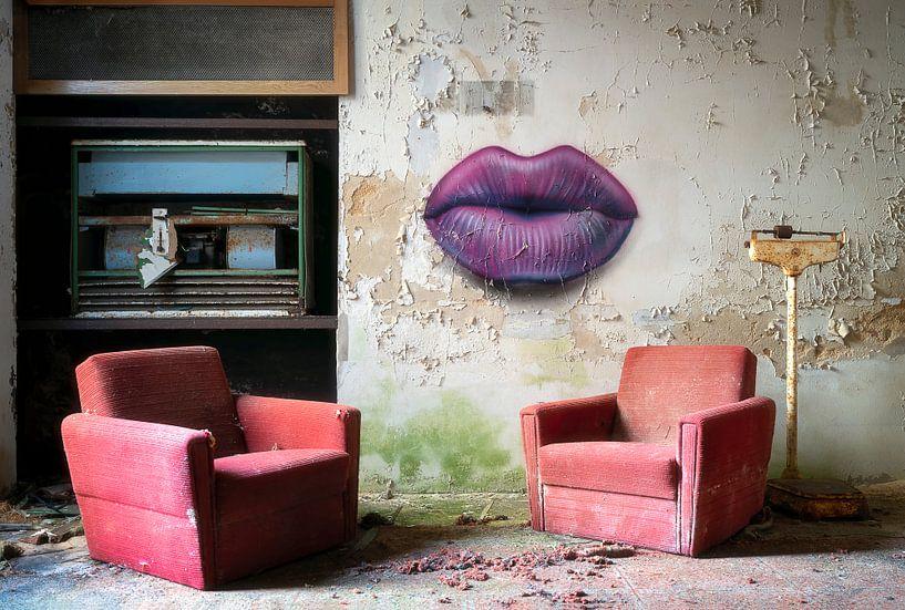 Verlaten Stoelen en Lippen. van Roman Robroek