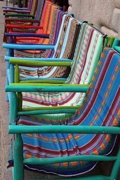gekleurde stoelen von